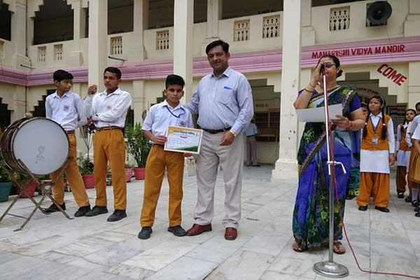 MVM Kotdwar Students And Principal during award ceremony.